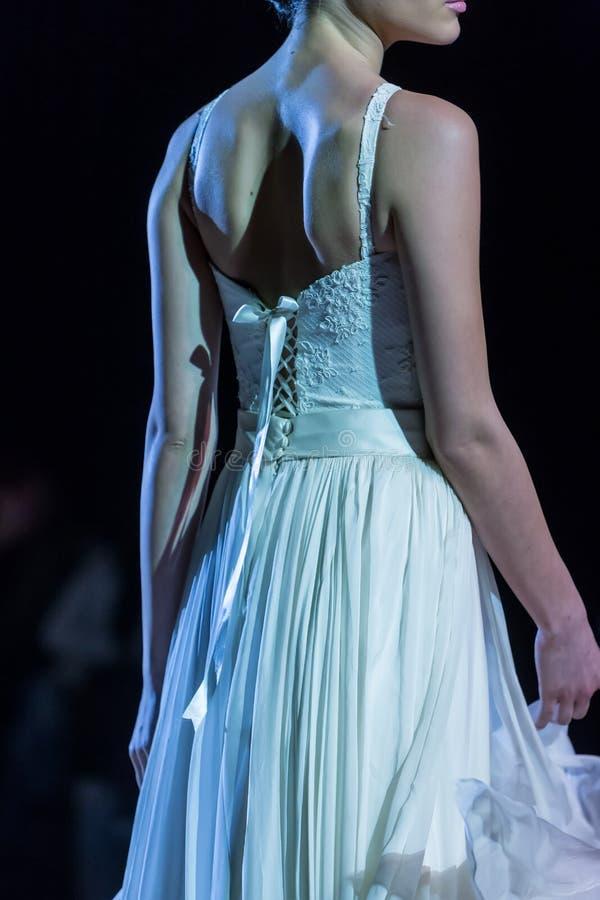 En modell går landningsbanan under 14th expobröllop för modeshowen fotografering för bildbyråer