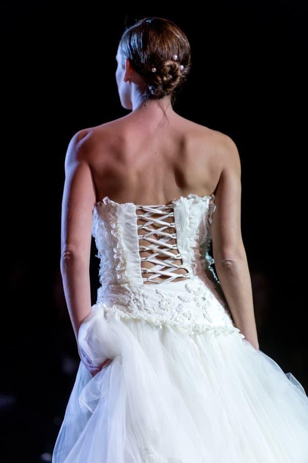 En modell går landningsbanan under 14th expobröllop för modeshowen arkivbilder