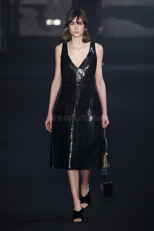 En modell g?r landningsbanan p? net Modeshow 2019-2020 f?r 21 nedg?ng/vinterunder Milan Fashion Week royaltyfria foton