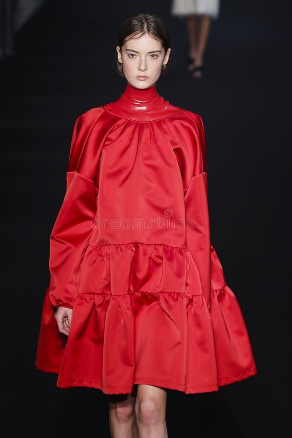 En modell g?r landningsbanan p? net Modeshow 2019-2020 f?r 21 nedg?ng/vinterunder Milan Fashion Week arkivfoto