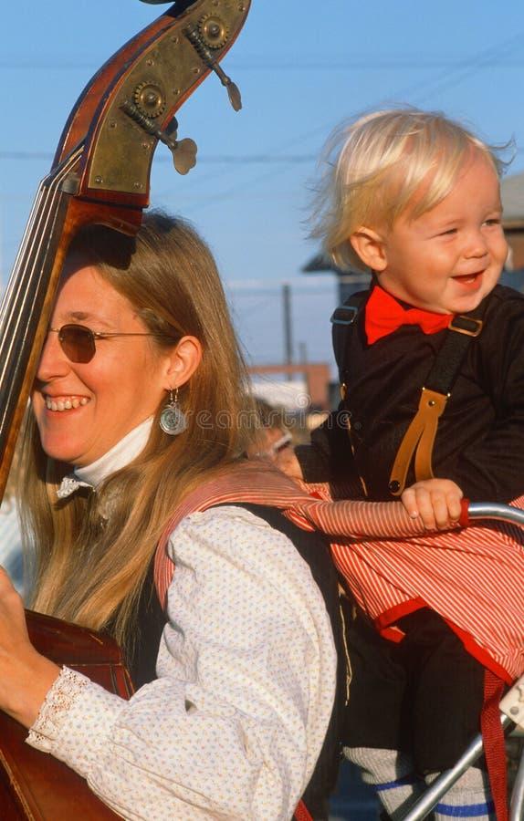 En moder som spelar den standup basen med hennes unga son, Hannibal, MO royaltyfria foton