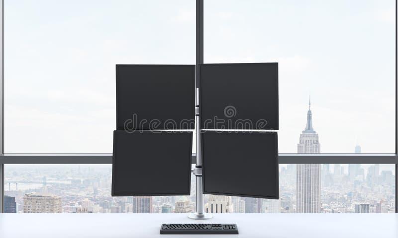 En modern affärsmans arbetsplats eller station som består av fyra skärmar i ett panorama- kontor för ljust modernt öppet utrymme  royaltyfri bild