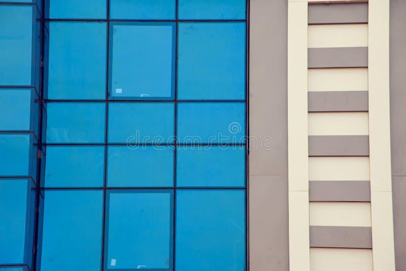 En modern byggnad med bakgrund för exponeringsglasfönster royaltyfri bild