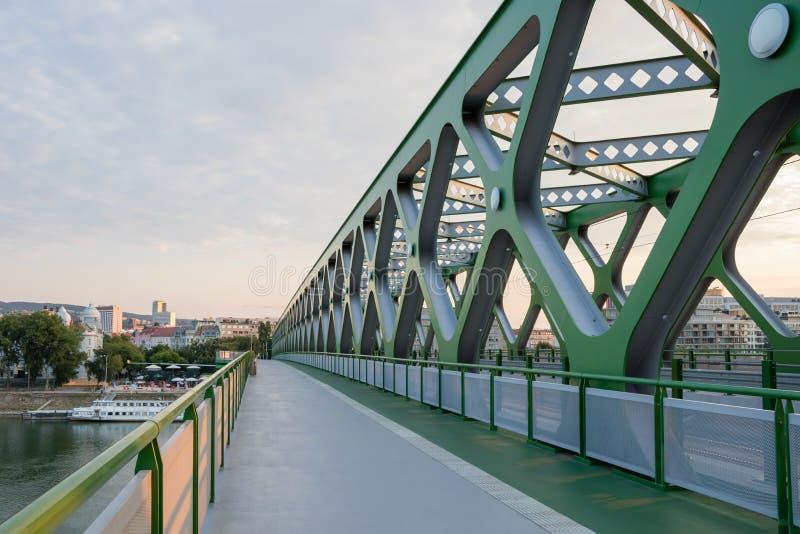 En modern gammal-ny bro för gångare, cyklister och spårvagnar över flodDonauen i Bratislava, Slovakien fotografering för bildbyråer