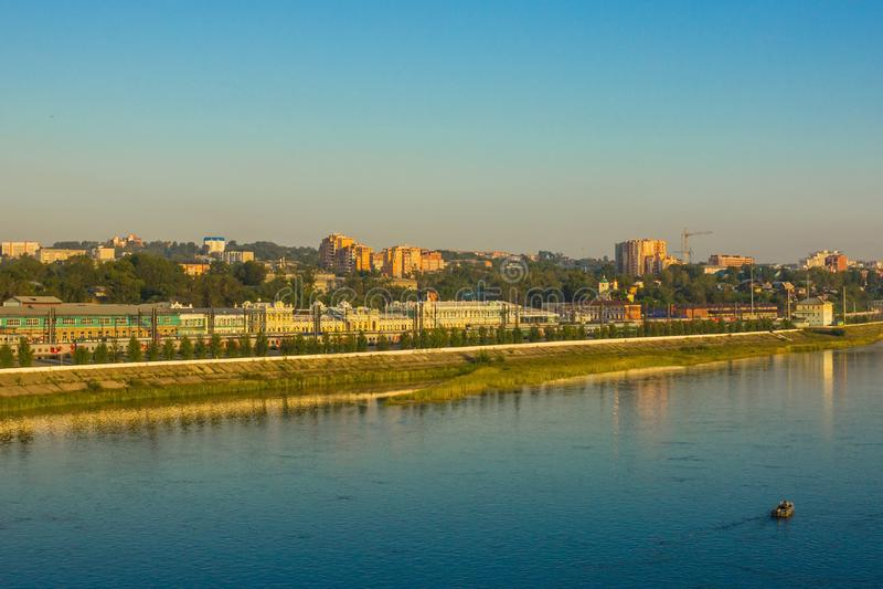 En modern stad på flodbanken royaltyfri bild