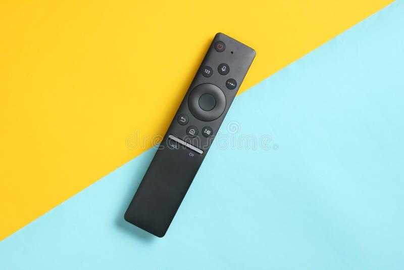 En modern TVfjärrkontroll på pastellfärgad bakgrund Bästa sikt, minimalism arkivbilder