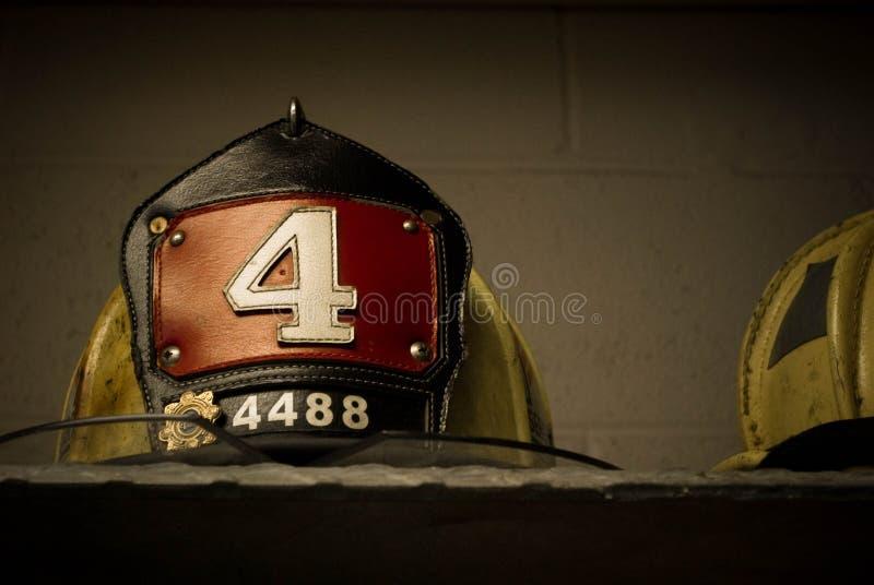 En modig brandman Helmet royaltyfri fotografi