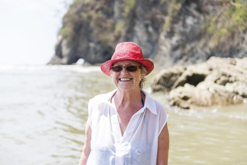 En mogen hög kvinna på stranden royaltyfria foton