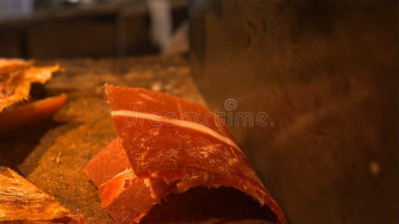 En mogen Nuodeng skinka ska klippas in i delar, innan du lagar mat Traditionell kinesisk mat fotografering för bildbyråer