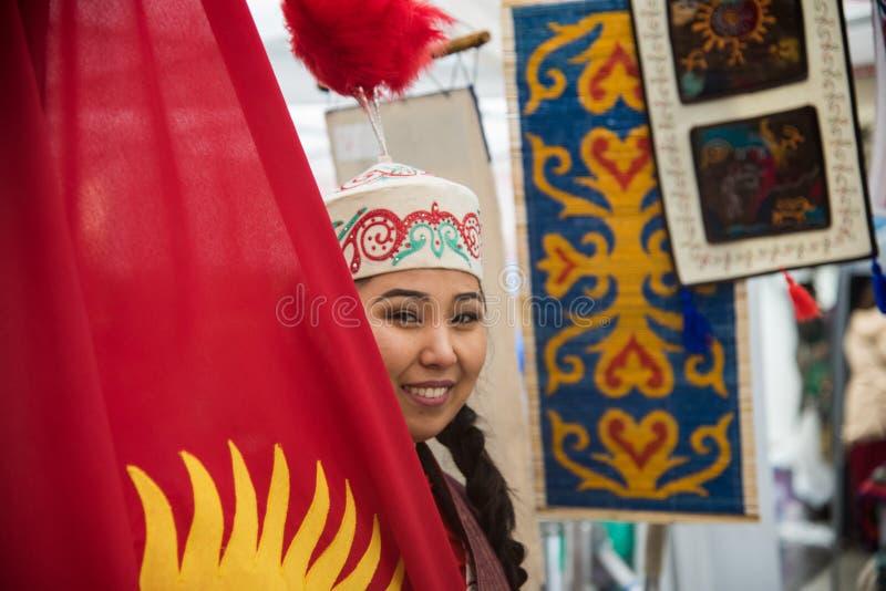 En mongoliankvinna som säljer silke och, handcrafts från Mongoliet Hon arbetade som volontär i den 4th upplagan av den eniga nati royaltyfri fotografi