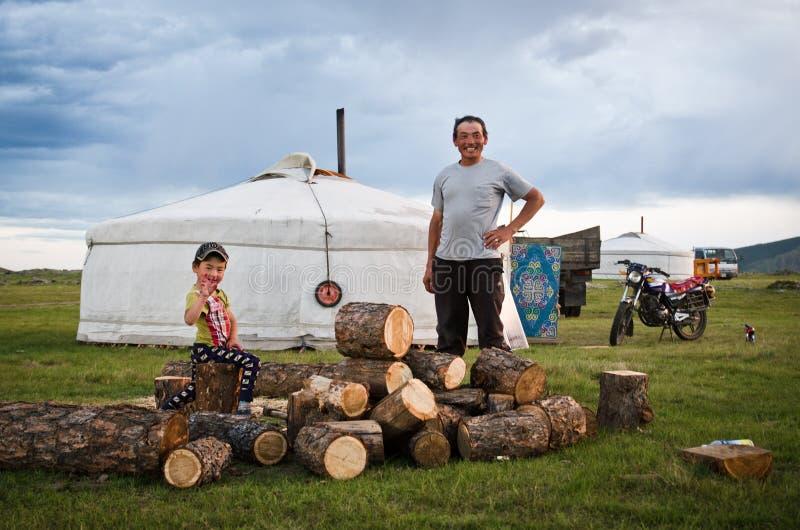 En mongolisk fader och son vid deras yurt royaltyfri bild