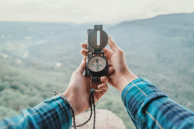 En montañas con el compás fotografía de archivo