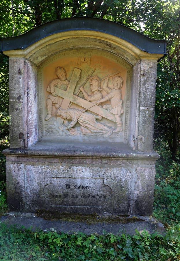 En monument på en fotvandra slinga nära den Kreuzberg kloster i Tyskland royaltyfri foto