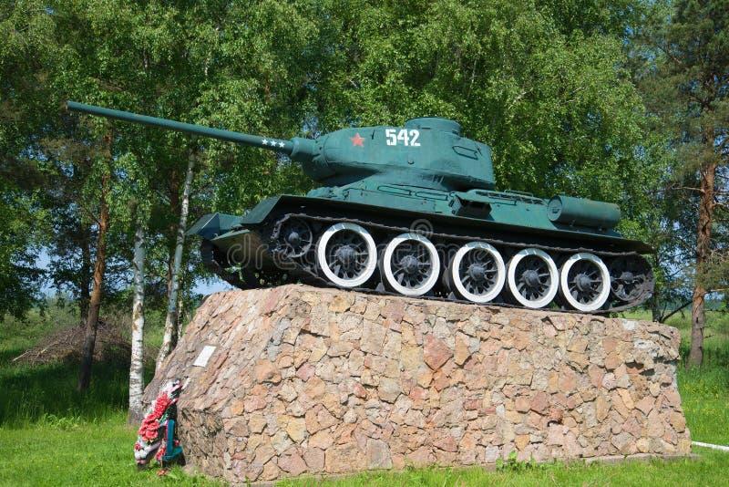 En monument till den legendariska sovjetiska behållaren T-34 på tillträde in i staden av Staraya Russa, Ryssland arkivbild