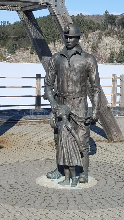 En monument till gruvarbetarna av gamla Elliot Lake royaltyfri fotografi