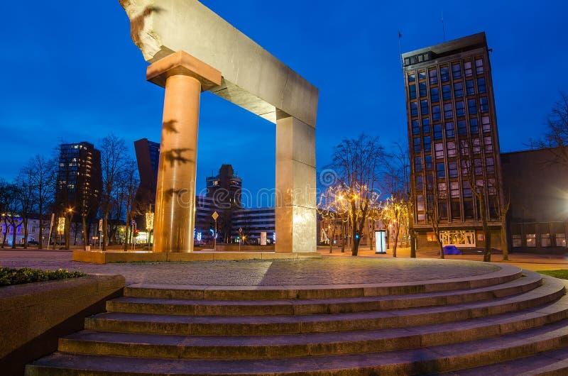 En monument till sammanslagningnollan Litauen i Klaipeda arkivfoto