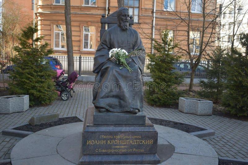 En monument till St John av Kronstadt arkivbild