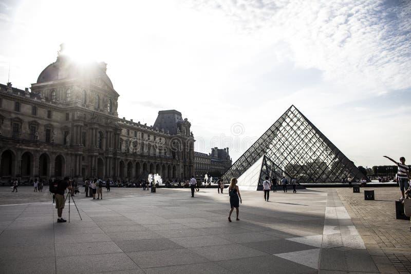 En morgon i Louvremuseet royaltyfria foton