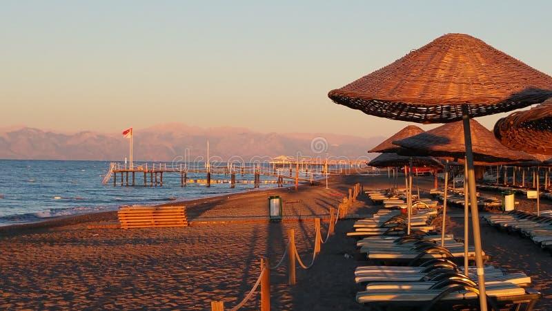 En morgon på stranden arkivbild