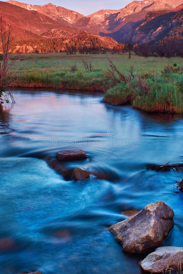 En morgonsoluppgång i Rocky Mountain National Park arkivbild