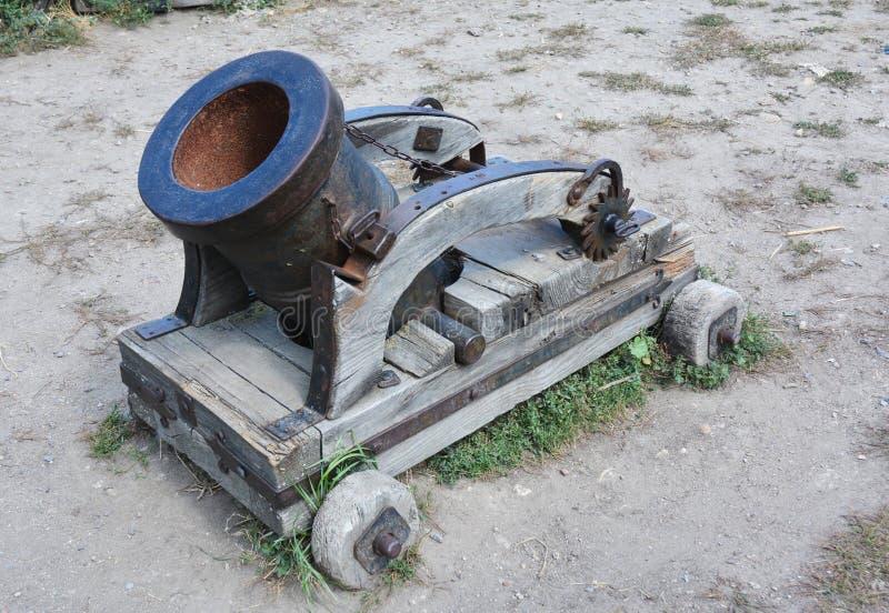 En mortel är en apparat som avfyrar projektilar på låga hastigheter, och kortslutningen spänner arkivfoto