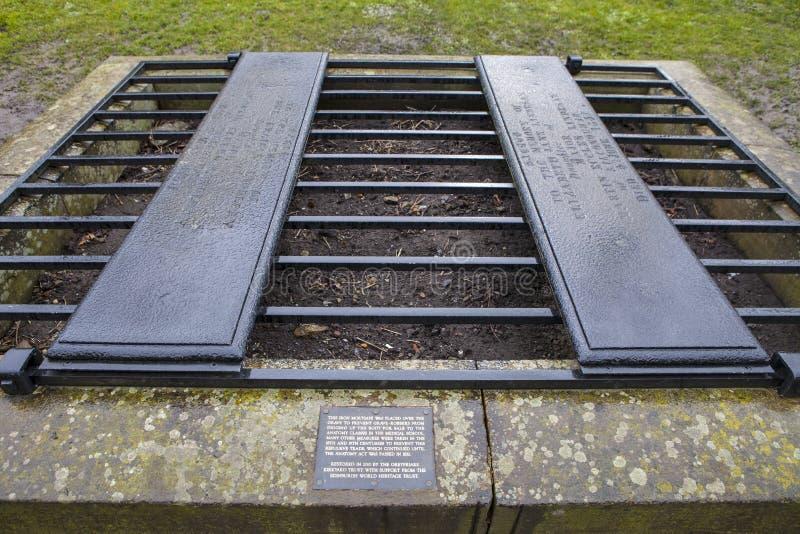 En Mortsafe i den Greyfriars kyrkogården i Edinburg royaltyfri bild