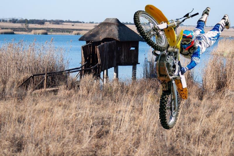 En motocross-bedövare upptagen med freestyle rida arkivbild
