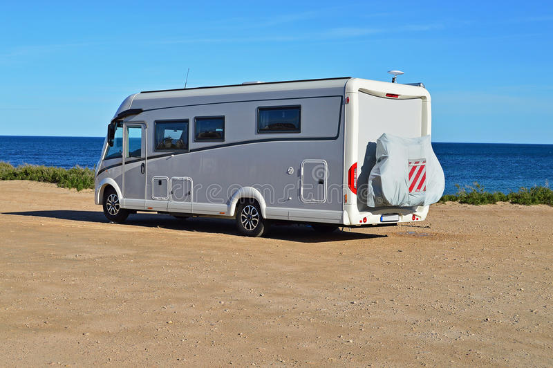 En Motorhome campare Van Parked On en strand royaltyfria foton
