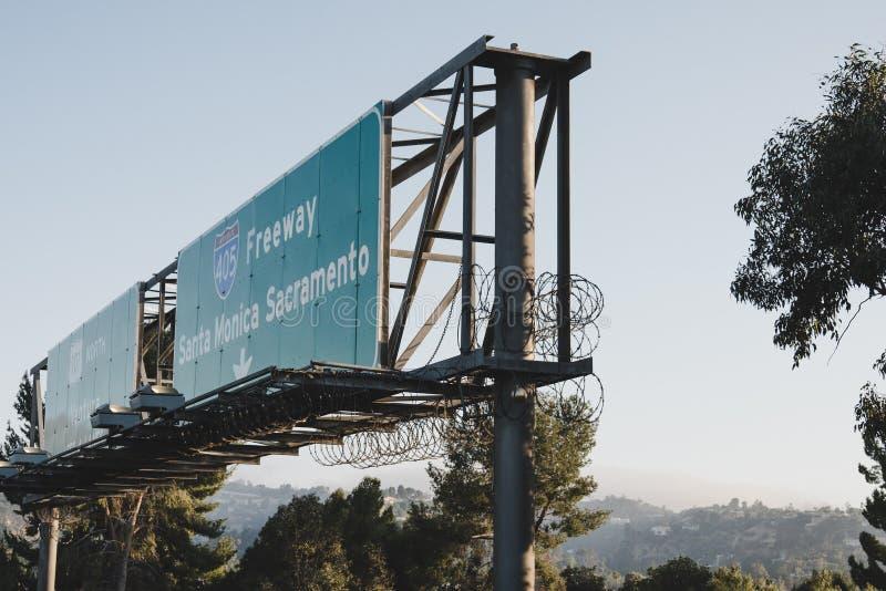 En motorväg undertecknar in LA arkivbild