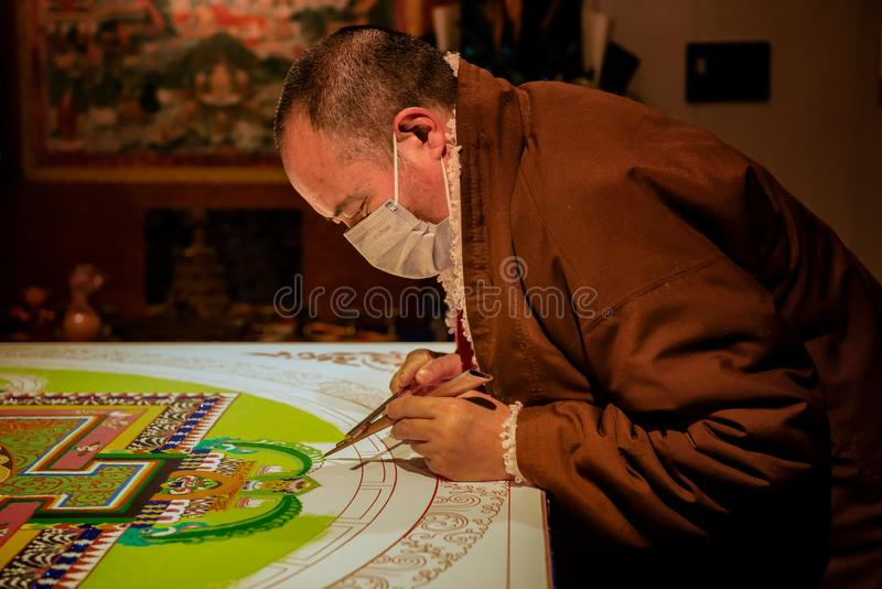 En munk från Sichuan målar buddistisk delikat iconography royaltyfri foto