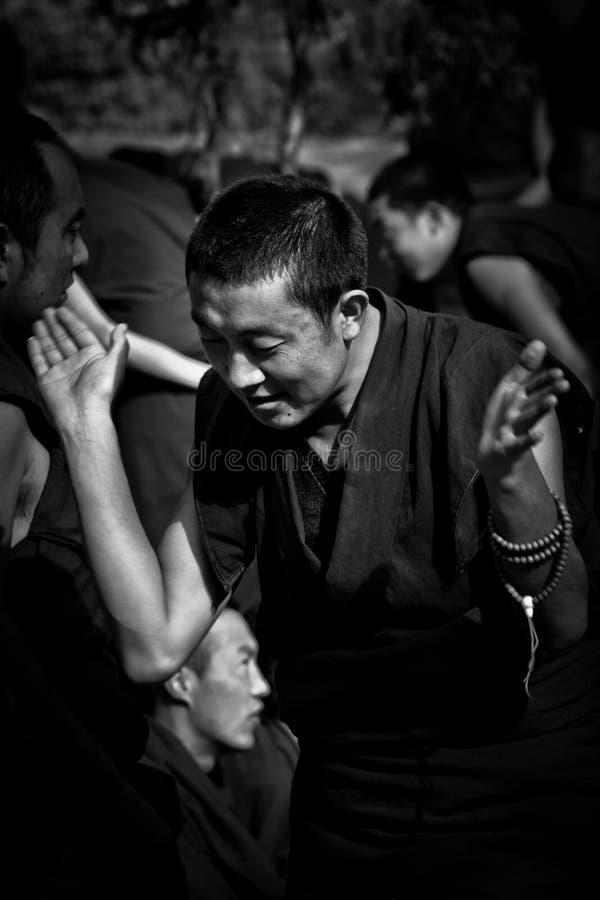 En munk omkring som ska applåderas i Sera Monastery Debating Monks Lhasa Tibet arkivbild