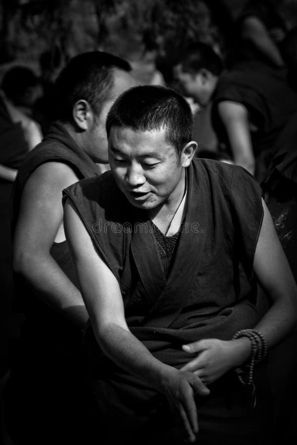 En munkapplåd i Sera Monastery Debating Monks Lhasa Tibet fotografering för bildbyråer