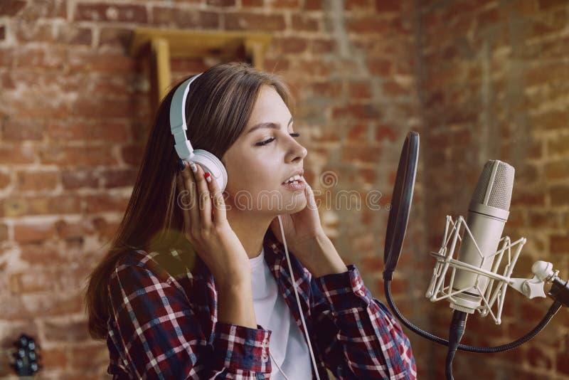En muziek die van de vrouwenopname, die thuis uitzenden de zingen royalty-vrije stock afbeeldingen