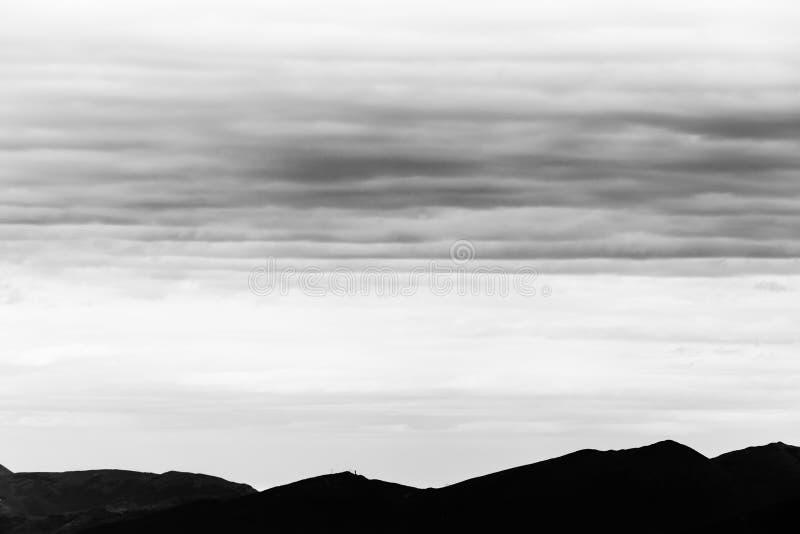 En mycket enkel och grafisk bergskedjaprofil, under en sned boll fotografering för bildbyråer