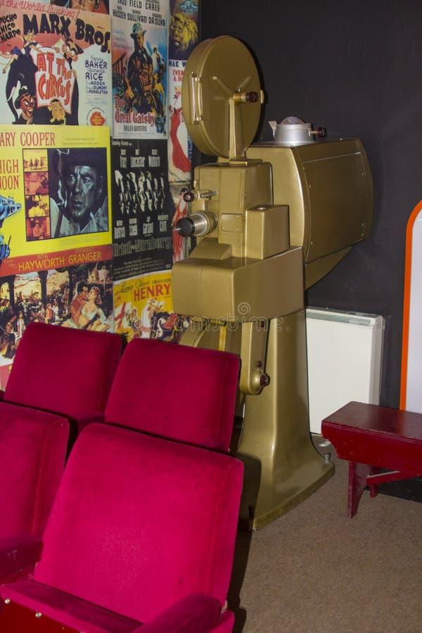 En mycket gammal fri stående biofilmprojektor med dess tunga casing i en liten museumbio på det Bangor slottarvet Centr arkivfoto
