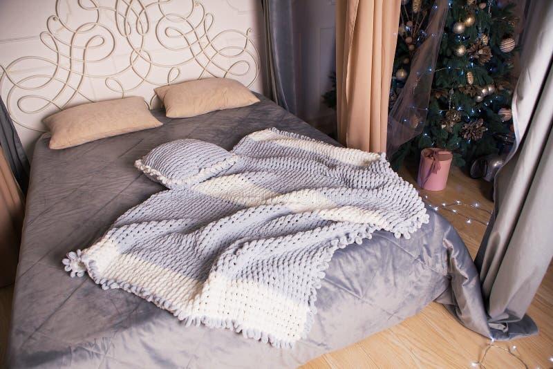 En mycket härlig grå filt och kudde ligger på sängen, en fotoperiod i en fotostudio arkivbilder