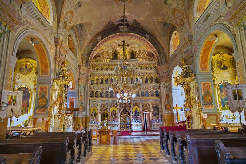 En mycket härlig kyrka inom med en altareuppsättning med symboler, med målade heliga väggar och frescoes och målningar på arkivfoton