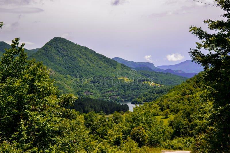 En mycket härlig sikt av naturlig skönhet En sikt av landskapen och en del av en liten bergstad från över fotografering för bildbyråer
