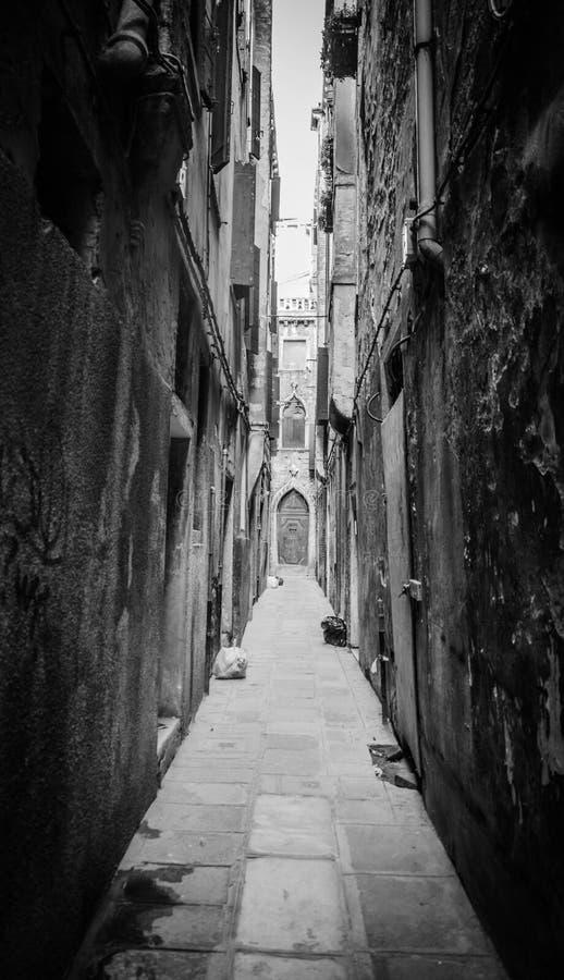 En mycket smal gata i Venedig royaltyfri bild