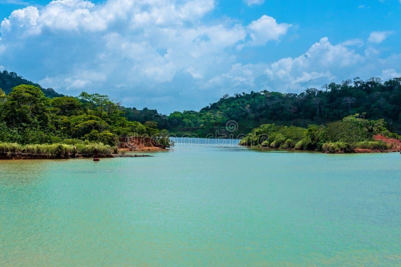 En mycket smal passage på Gatun sjön, Panama arkivfoton