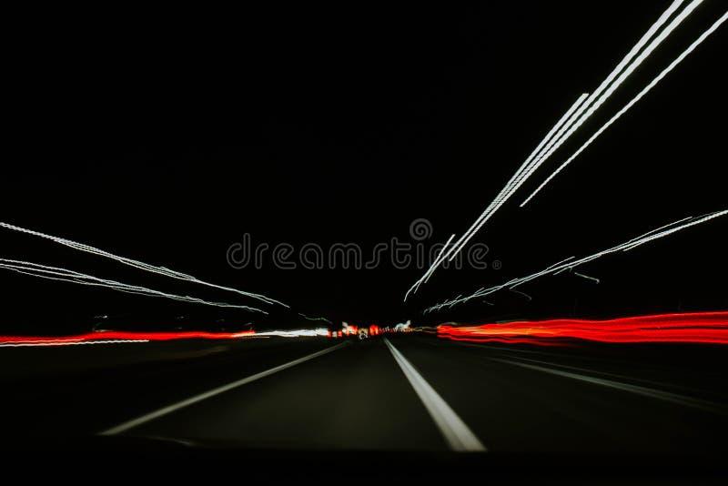 En mycket snabb rörelse av bilar i en tunnel royaltyfri illustrationer
