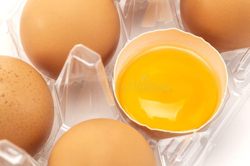 En närbild av ägg som förpackar med ett sprickaäggperspektiv arkivbilder