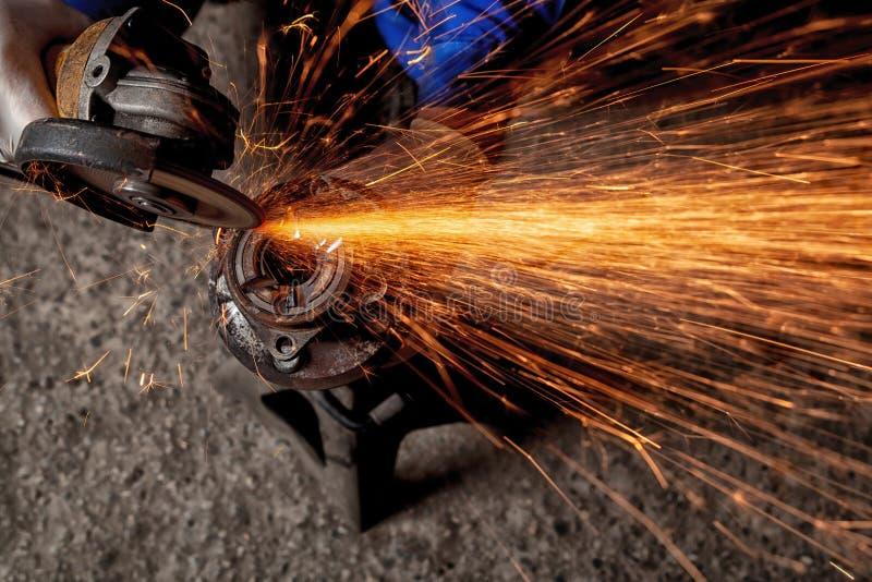 En närbild av en bilmekaniker som använder en metallmolar royaltyfri bild