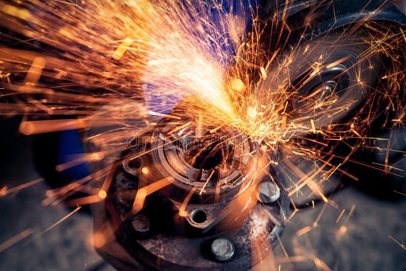 En närbild av en bilmekaniker som använder en metallmolar royaltyfria bilder