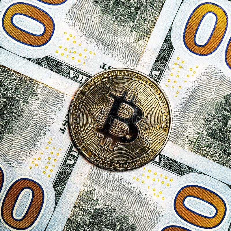 En närbild av bitcoin, runt om som stora delar av dollar Fyra noll in hörnen och ett mynt av crypto valuta med skrapor royaltyfri foto