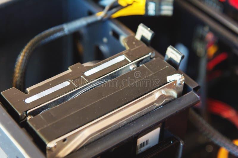 En närbild av två hårddiskar som installeras i en metallsystemenhet av en hem- persondator royaltyfri foto