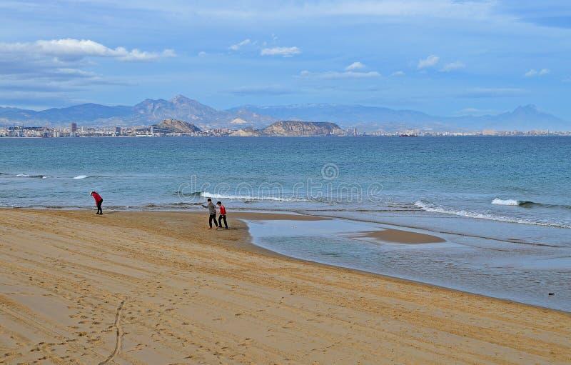 En nästan öde strand nära Alicante fotografering för bildbyråer