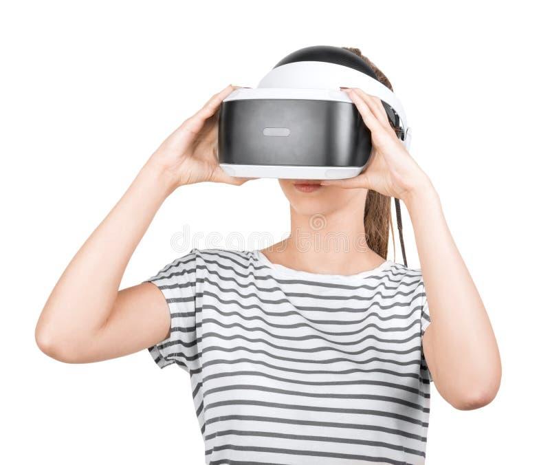 En nätt flicka i VR-hörlurar med mikrofon som isoleras på en vit bakgrund innovativa teknologier En kvinnlig gamer i exponeringsg royaltyfri bild