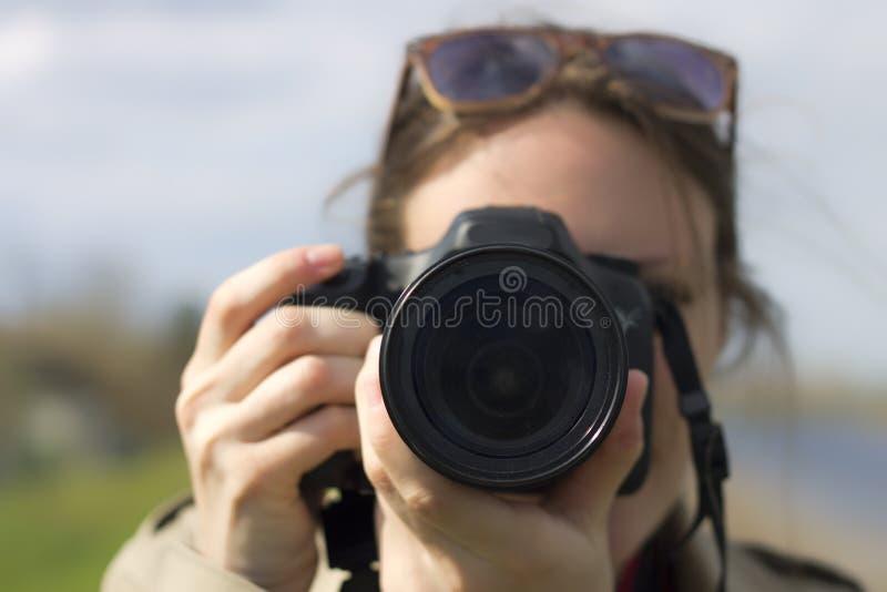 En nätt flickafotograf fotografering för bildbyråer