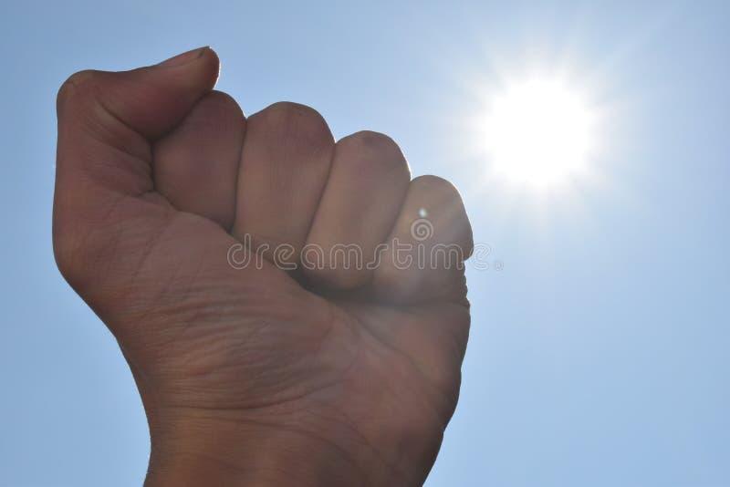 En näve med en ljus sol royaltyfria bilder